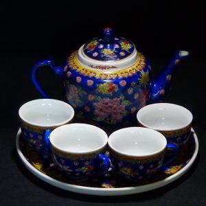 乾隆款蓝地五彩茶具