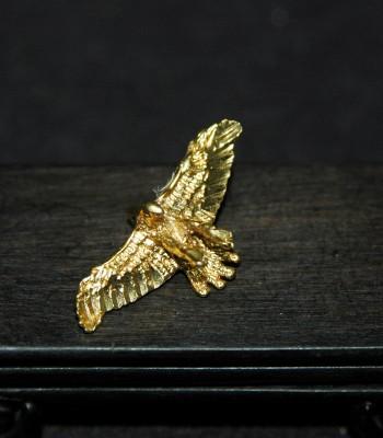 錾飞鹰金项坠