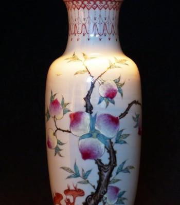 清 乾隆章款九桃粉彩瓶