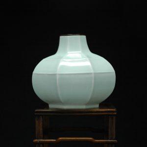 唐 青白 玄纹八棱瓷瓶