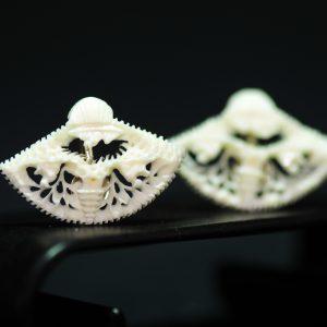 民国 象牙 镂空雕山水人物纹扇形耳坠